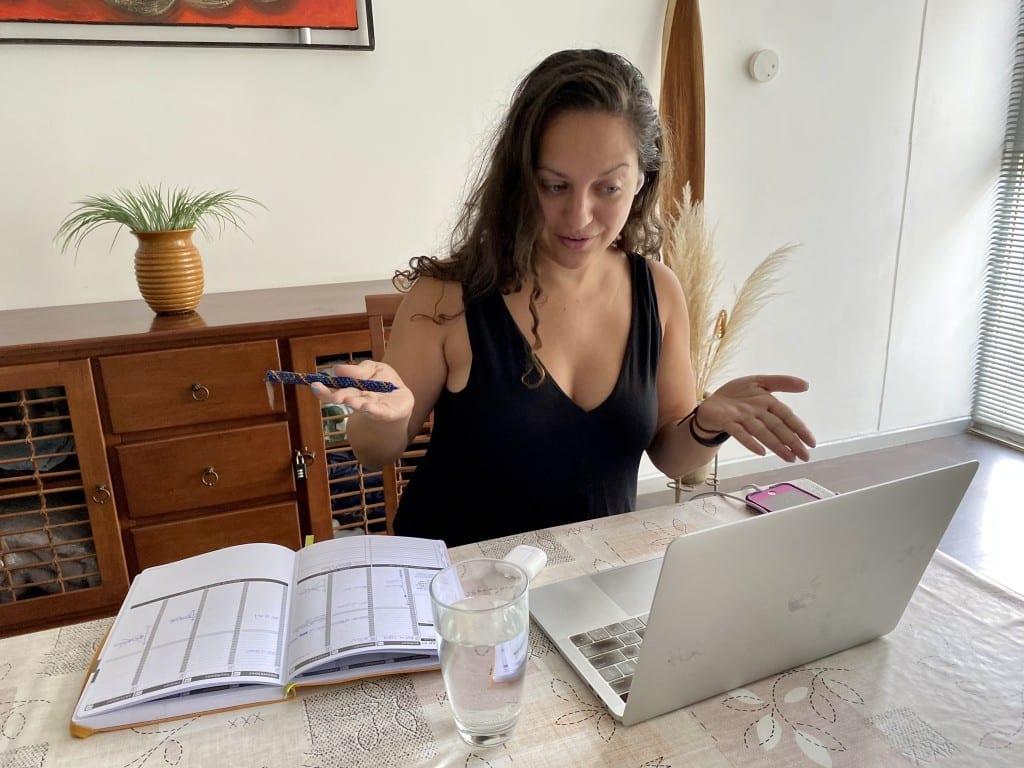 Kate fait un appel de consultation depuis son ordinateur.
